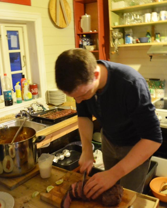 Anders Totland lagar mat i utdrikningslag.