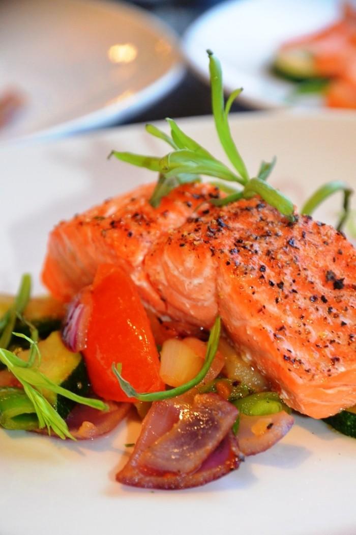 Rask middag med laks, squash, raudlauk, estragon, sukkerert og tomat