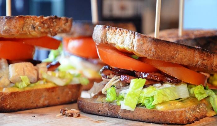 Ostesmørbrød med kylling og bacon.