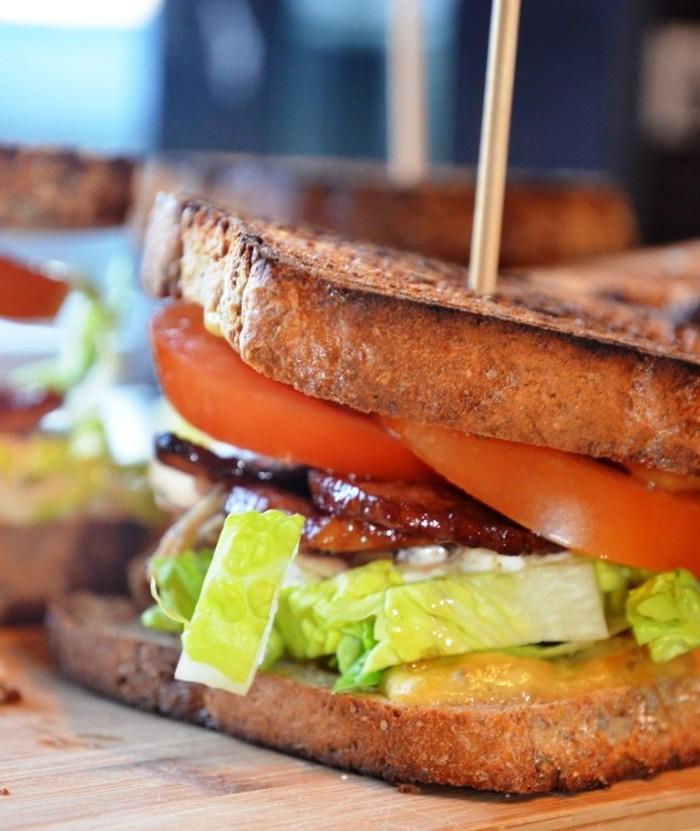 Ostesmørbrød med kylling og bacon