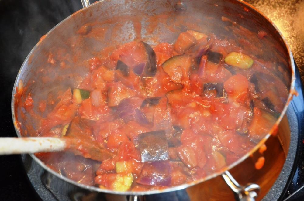 Ratatouille med squash, aubergine, lauk, kvitlauk, paprika, tomat og timian.